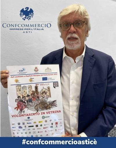Il direttore di Confcommercio Claudio Bruno con la locandina dell'iniziativa