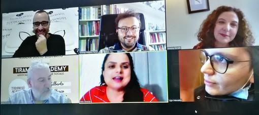 Un fermoimmagine della trasmissione, con ospiti collegati via web