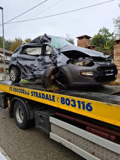 La carcassa dell'auto sulla quale viaggiava la vittima