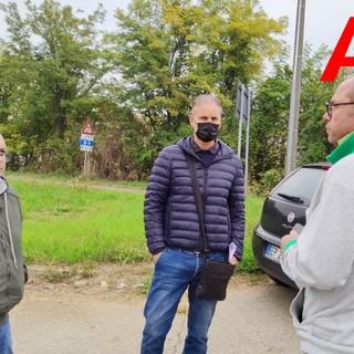 Al centro dell'immagine il lavoratore licenziato, a destra Salvatore Pafundi