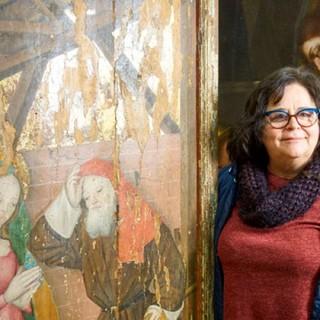 Maria Teresa Nicola e una delle tavole di Vezzolano