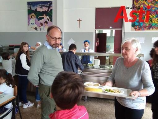 Il sindaco Maurizio Rasero in visita ad una mensa scolastica