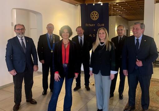 Marco Stobbione (presidente Rotary Club Asti) con insigniti e nuovi soci