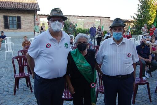Nella foto il presidente della Sezione di Asti Fabrizio Piglin (a sinistra), la signora Elide Gherlone e il Capogruppo Alpini di Chiusano Vittorio Mussa