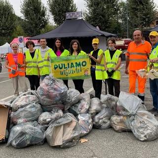 Un immagine della raccolta rifiuti di Canelli