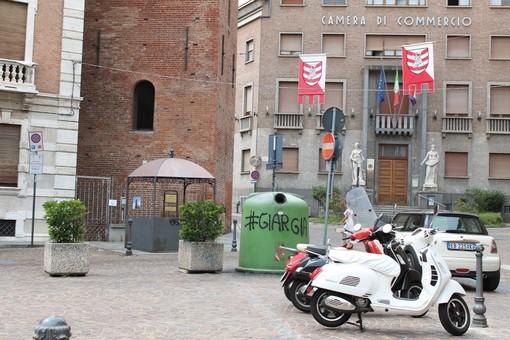 """Angela Motta: """"Via la campana del vetro vandalizzata sotto la Torre Troyana di Asti"""""""