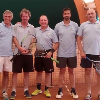 Il gruppo di soci/tennisti del Panathlon Club Asti composto da Corrado Buscemi, Luca Simonetti, Fulvio Saracco e Giorgio Bravo ritratti con Giorgio Finello (ultimo a destra)