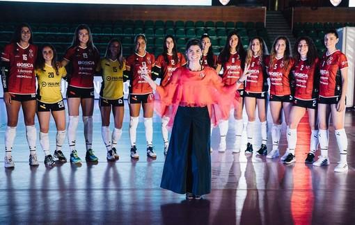 Polina Bosca ritratta con le atlete del team cuneese