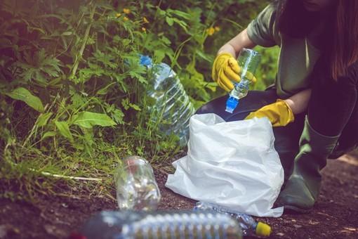 Giovani volontari puliscono i parchi ad Asti. Si inizia giovedì 22 luglio al parco Bramante
