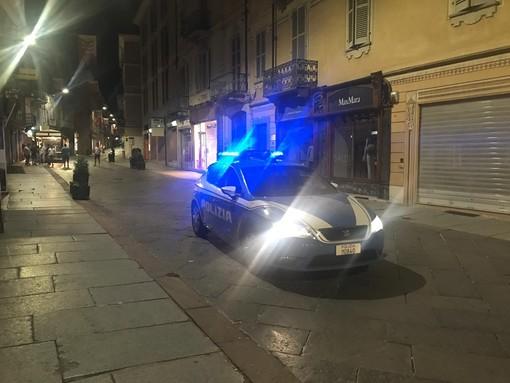 Una pattuglia della Polizia impegnata in un controllo notturno
