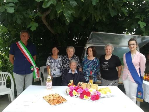 A Bubbio c'è una nuova centenaria, Angela Petrini è stata festeggiata da amici, parenti e autorità