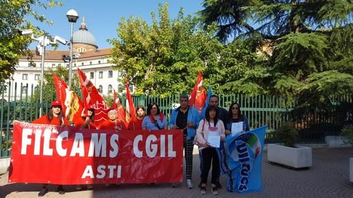 Asti: addette alle pulizie del Tribunale manifestano davanti ai cancelli del Palazzo di Giustizia