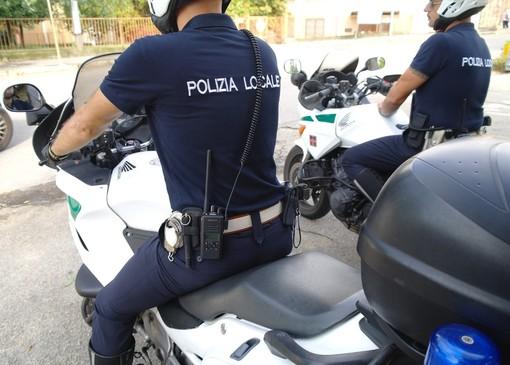 Fugge dopo aver investito una donna in corso Savona. Indaga la polizia locale