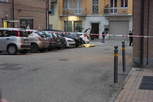 I rilievi dei carabinieri subito dopo la rapina. Sotto il telo, il corpo senza vita di uno dei rapinatori