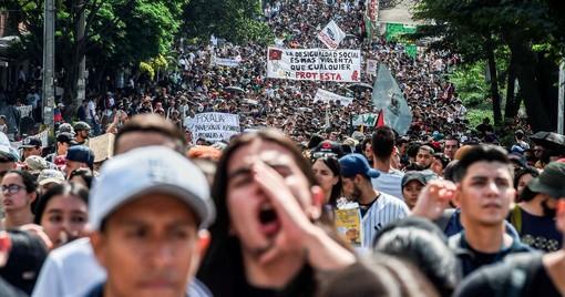 Un momento di una manifestazione nella capitale della Colombia (foto tratta dal sito di Amnesty International)