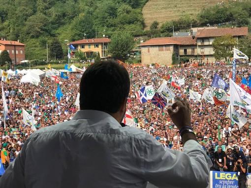 Il leader leghista Matteo Salvini ritratto di spalle durante il suo discorso al raduno di Pontida (foto tratta dalla pagina Facebook ufficiale del partito)