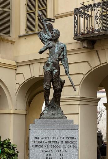 Il soldato di bronzo di piazza Libertà, monumento ai caduti della prima e della seconda guerra mondiale