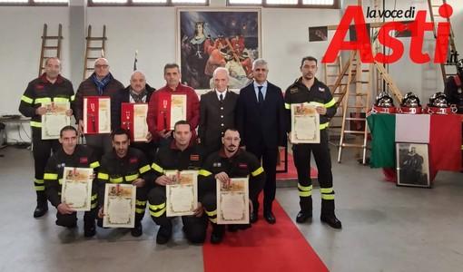 I vigili del fuoco premiati, ritratti con il comandante ing. Franco e con il prefetto di Asti Alfonso Terribile
