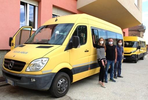 Il sindaco Anna Macchia con i due autisti dello scuolabus Maurizio Marabese e Marco Nosenzo
