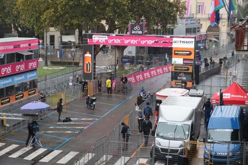 Il maltempo rallenta il Giro, tappa accorciata dopo la protesta degli atleti