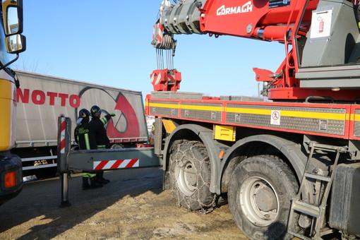 Nelle immagini, tre momento delle attività di recupero del mezzo pesante da parte dei Vigili del Fuoco di Asti