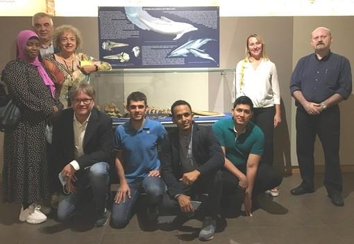 Ascanio Cuba (secondo da destra accosciato) con amministratori, rifugiati e personale del Museo Paleontologico Astigiano