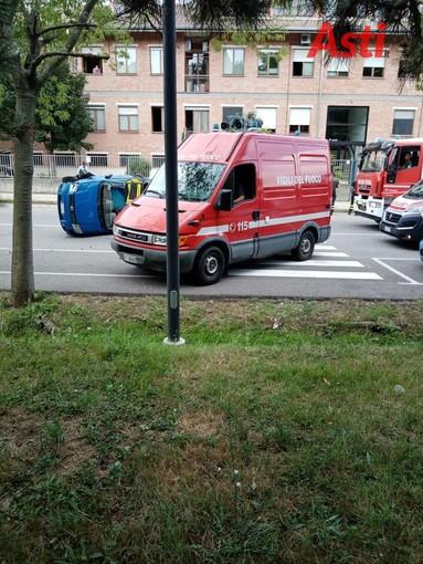 Asti: incidente davanti alla caserma dei vigili del fuoco. Una Panda ribaltata (FOTO)