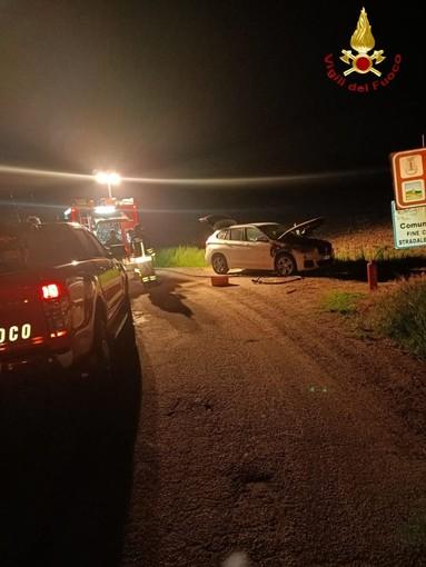 Isola: auto in fiamme nella notte. Sul posto i vigili del fuoco