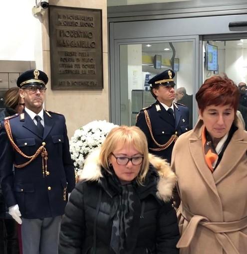 Il questore di Asti, Alessandra Faranda Cordella (a destra) con la vedova