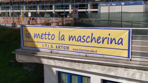 """""""Io metto la mascherina"""": l'Artom di Asti invita alla prevenzione con uno striscione sulla facciata della scuola"""