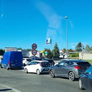Mezzi in coda nei pressi del casello autostradale di Asti Ovest