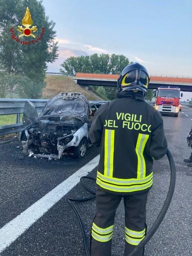 Prende fuoco auto sulla A33, nei pressi di Castagnito. Nessun ferito