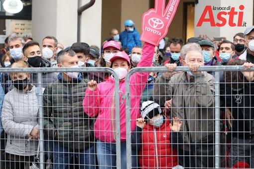 Folla ad Asti in attesa dell'arrivo del Giro d'Italia