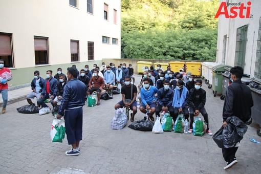 Alcuni migranti del gruppo giunto al centro di Castello d'Annone gestito dalla Croce Rossa di Asti