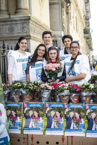 Volontari AIRC ritratti durante una precedente edizione dell'iniziativa