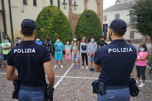 Ad Asti la polizia consegna agende ai bimbi delle primarie