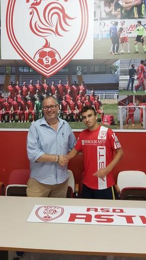 Il direttore sportivo Antonio Ballario con il neo acquisto Gioele Deiana Testoni