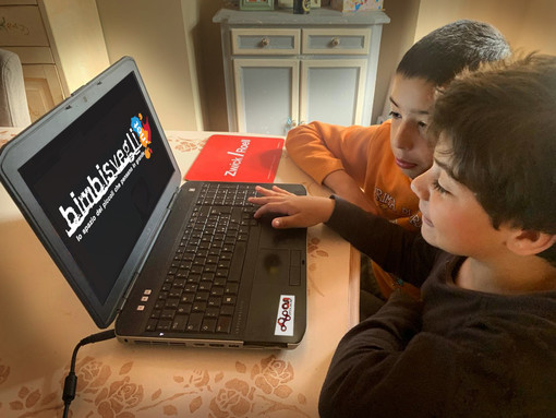 L'associazione astigiana OpenLab aiuta i BimbiSvegli a studiare da casa