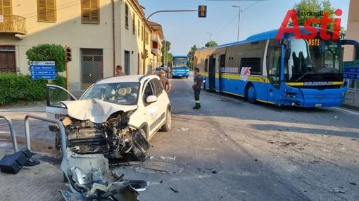 Costigliole d'Asti, scontro tra bus e auto, ferito il conducente