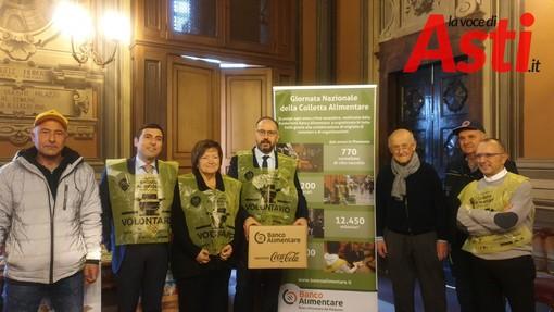 Il direttore di Coldiretti con il sindaco Rasero, Mariangela Cotto, il direttore del Banco, Ferrero e alcuni volontari
