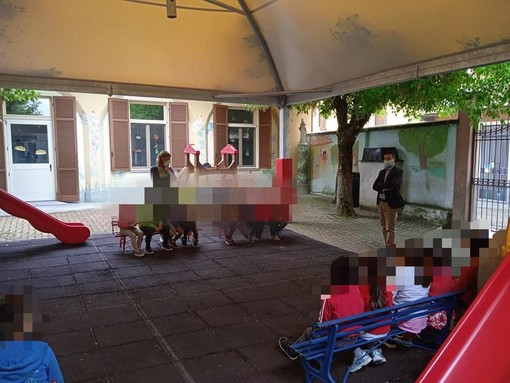 Il sindaco con i bimbi dell'asilo di via Beccaria