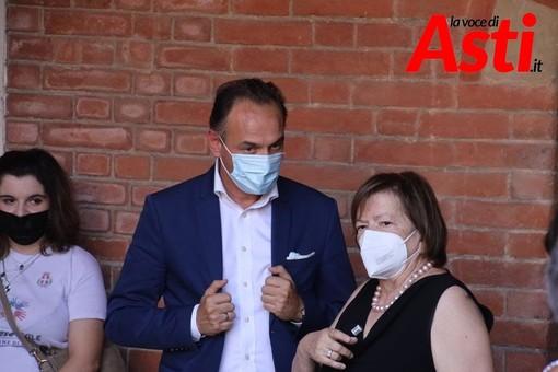 Il presidente Cirio con Mariangela Cotto durante la consegna del certificato