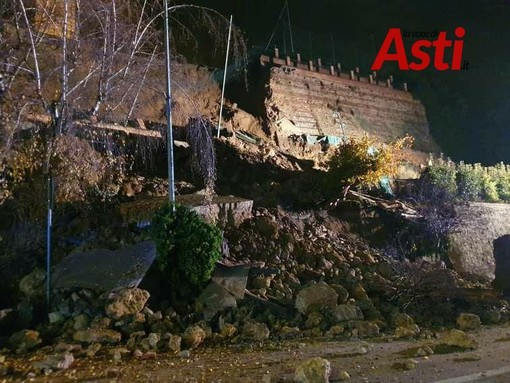 Moncalvo: frana lungo corso XXV aprile. Crolla l'antico muraglione