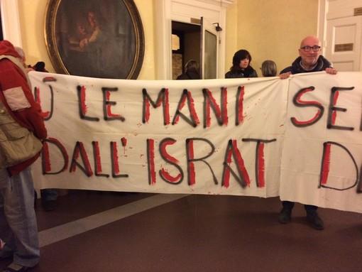 Ad Asti questa sera Consiglio comunale movimentato. Nella maratona verso l'approvazione del Bilancio 2020, alcuni manifestanti protestano per il taglio economico all'Israt