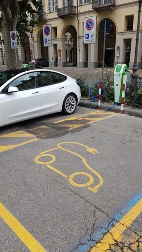 Posizionate colonnine di ricarica per auto elettriche nelle principali piazze di Asti
