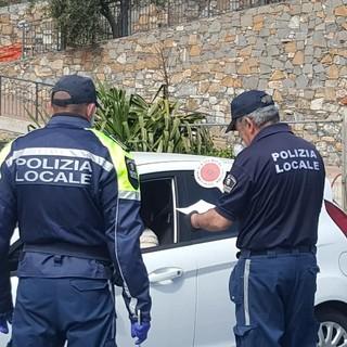 Bivaccavano all'alba nei giardini: multati 22 giovani piemontesi a Diano Marina