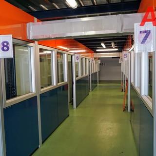 Le cabine vaccinali dell'hub astigiano di via Guerra
