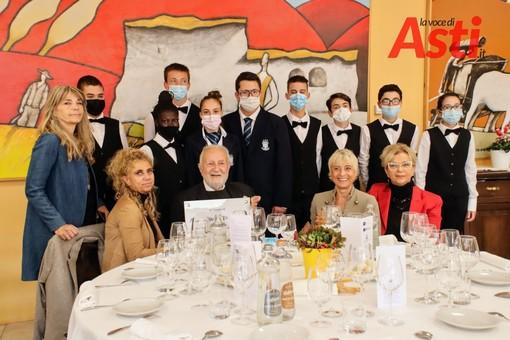 I componenti della famiglia Soldanino (al centro il patriarca, Giorgio) con il simbolico assegno - Questa e le numerose altre foto che compongono la galleria fotografica sono opera di MerfePhoto