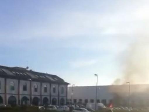 Auto prende fuoco nei pressi dell'Esselunga di corso Ivrea [VIDEO]