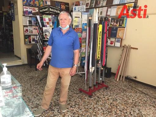 Franco Rabino ritratto nel suo negozio